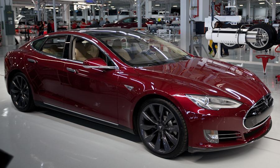 Tesla Model S красного цвета