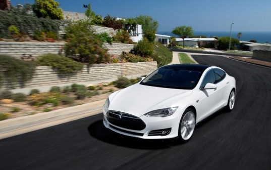 Белая Tesla Model S на дороге