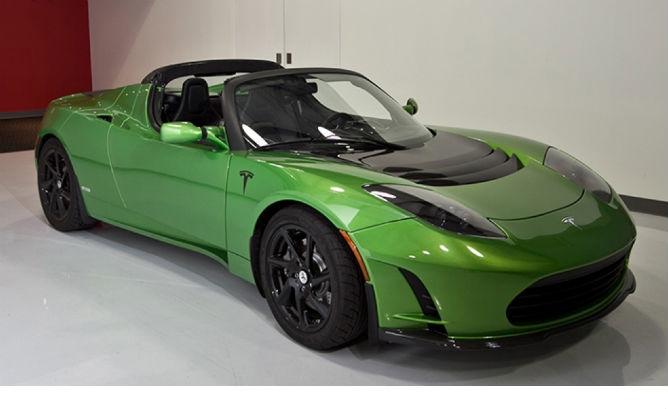 Tesla Roadster зеленого цвета