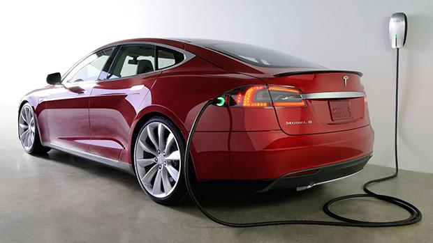 Model S на зарядке