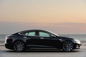 Tesla Model S черная