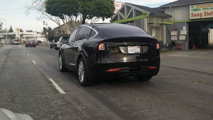 Фото Tesla Model x в Калифорнии, вид сзади
