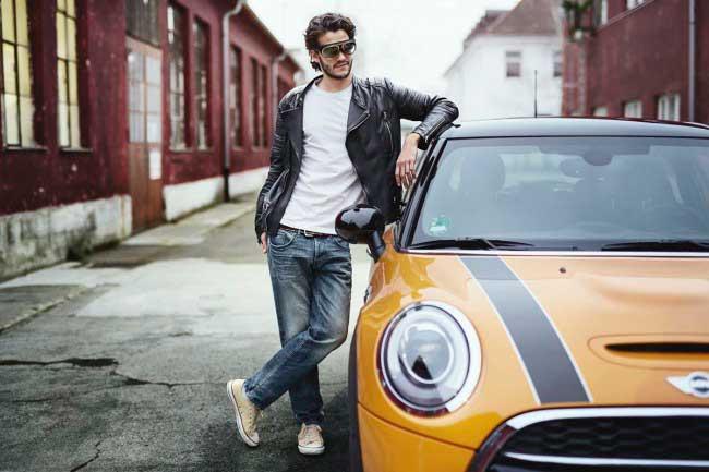 Очки дополнительной реальности от BMW на человеке